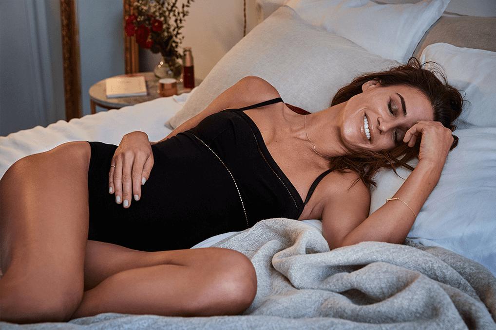 Imagen de modelo en la cama