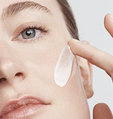 Modelo aplicación de la crema
