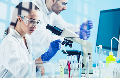 Fotografía de científicos en un laboratorio