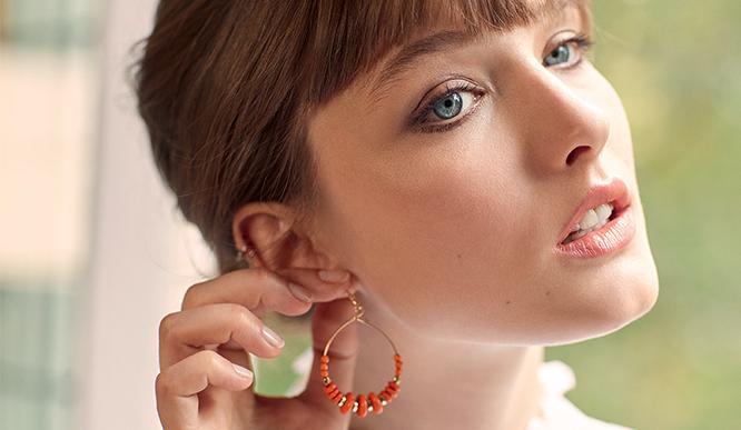 Mujer con lápiz de labios de Clarins