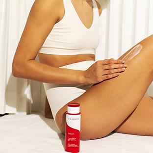 Mujer aplicándose Body Fit en las piernas